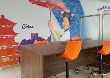 Mesa de trabajo del centro global de idiomas