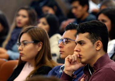 alumnos del CUT escuchando conferencia