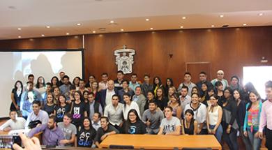 Grupo de asistentes a la conferencia junto con el Diputado Pedro Kumamoto